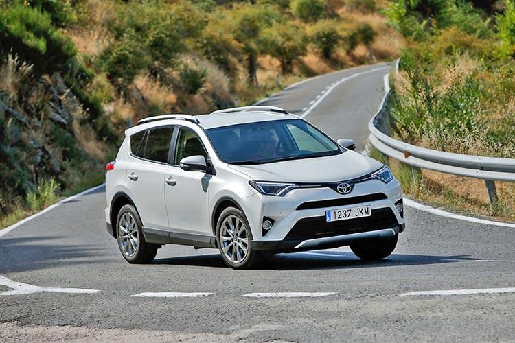 Toyota RAV4 vs VW Tiguan: кто лучше?