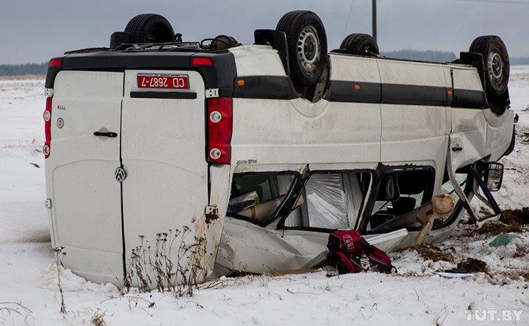 На М1 микроавтобус посольства Польши вылетел в кювет и перевернулся