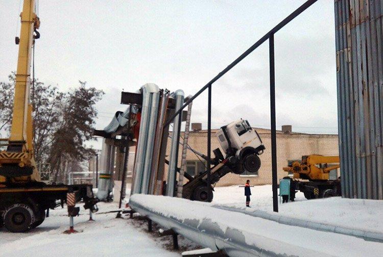 В Светлогорске самосвал повис на трубах теплоцентрали