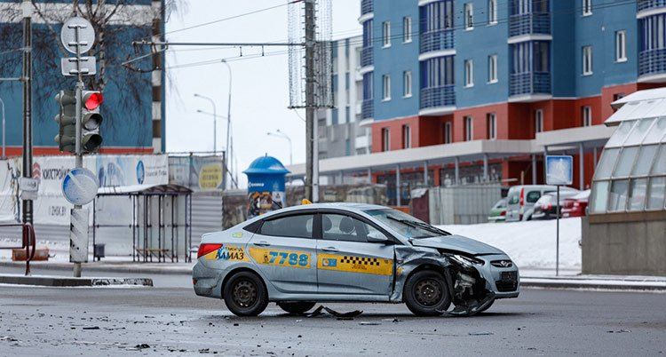 Автомобиль такси столкнулся с Kia на проспекте Дзержинского