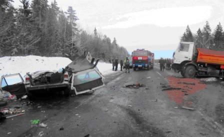 Под Щучином Peugeot столкнулся с МАЗом дорожников: один человек погиб
