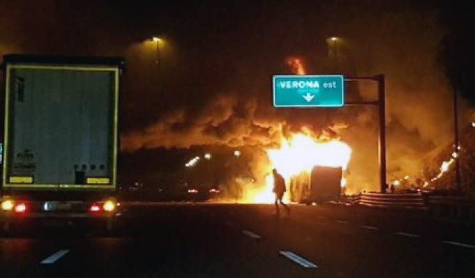 В Италии автобус врезался в столб и загорелся: погибло 16 человек