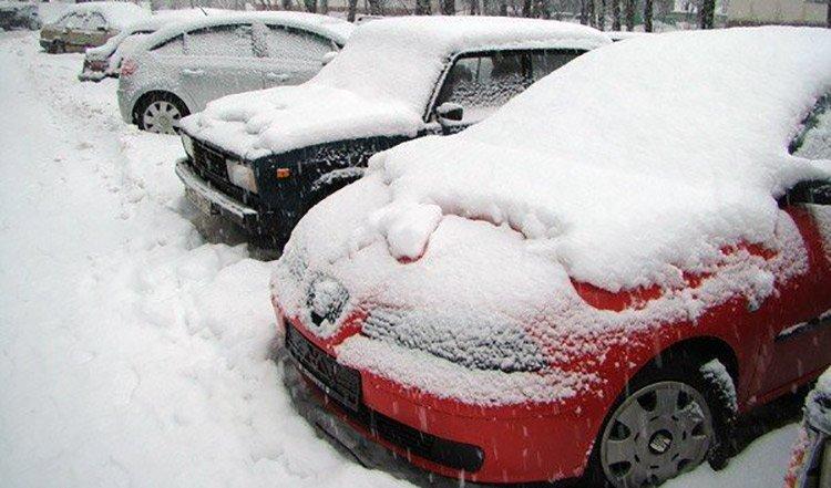 ГАИ Минска призывает водителей на время убрать машины издворов