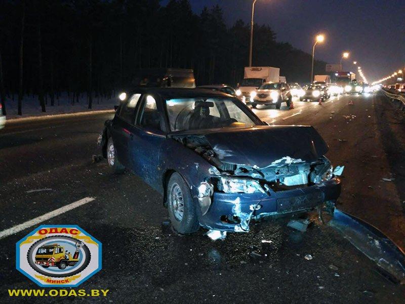 На МКАД Opel толкнул Geely на отбойник