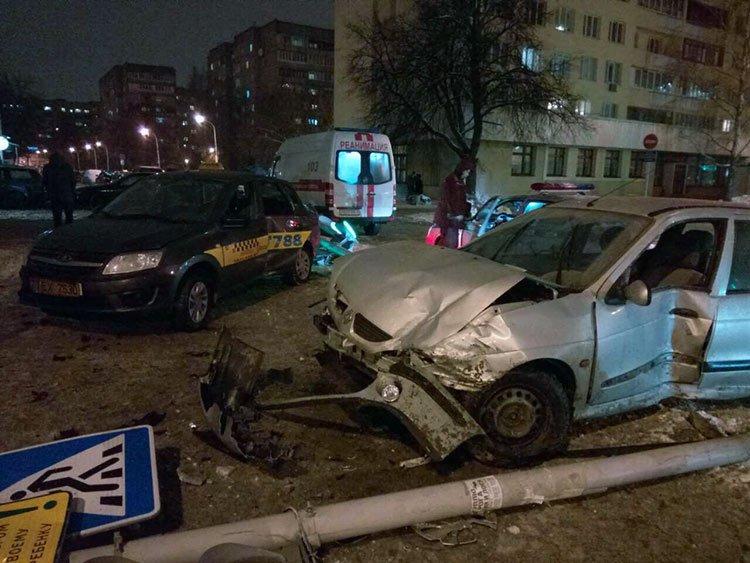 Таксист свернул в запрещенном месте и столкнулся с Рено