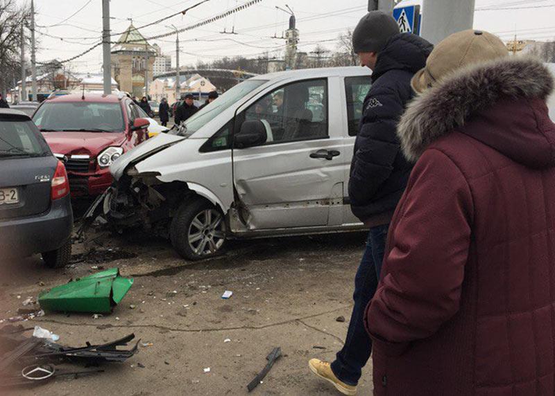 В Витебске Mercedes столкнулся с Volvo и сбил четырех пешеходов