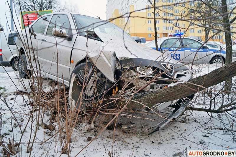 Водитель на Alfa Romeo въехал в дерево, бросил пассажиров и сбежал