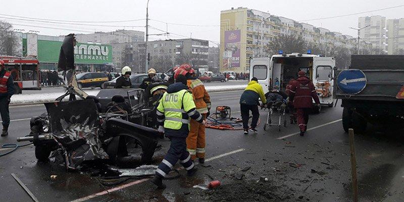 В Бресте ВАЗ влетел в грузовик дорожников