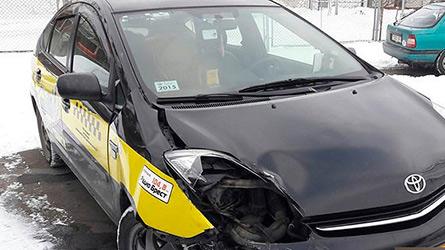 Таксист-бесправник въехал в учебный автомобиль в Бресте