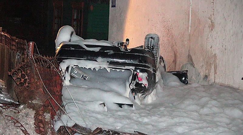 В Барановичах Audi врезался в столб, перевернулся и влетел во двор дома