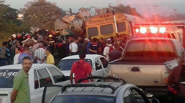 В Венесуэле столкнулись автобус и грузовик: 16 человек погибли, 50 ранены