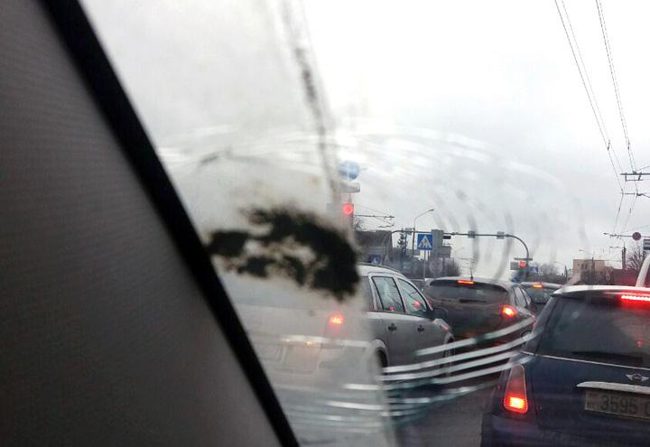 В Минске на парковке автомобили залило цементом