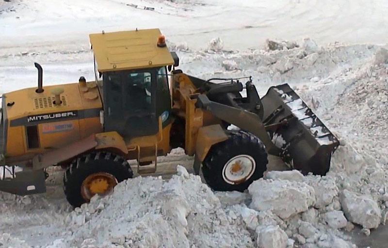 В Башкирии водитель погрузчика вывалил снег на ребенка: мальчик погиб