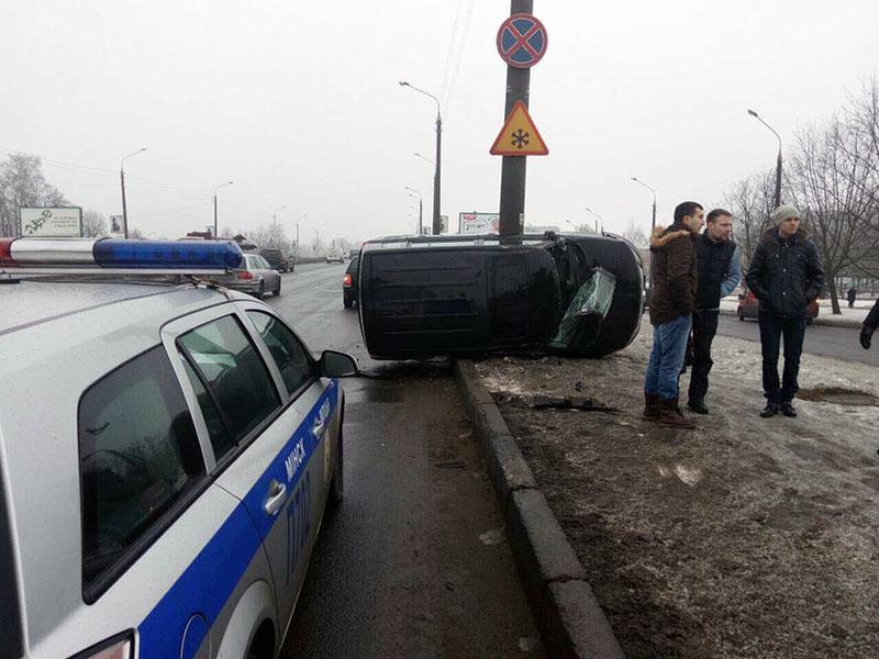 На проспекте Жукова опрокинулся автомобиль Great Wall