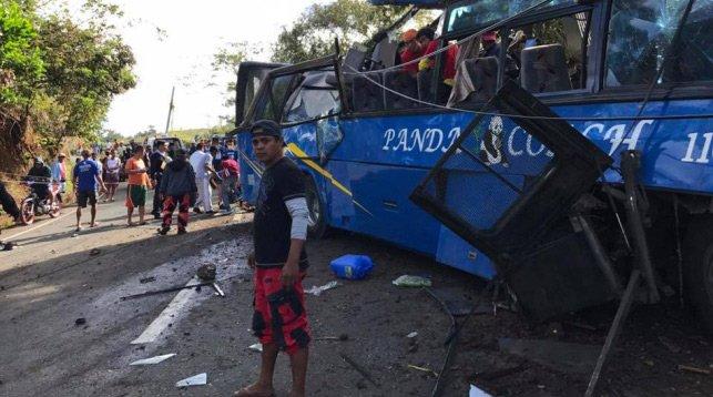 На Филиппинах автобус въехал в столб: погибло 14 человек