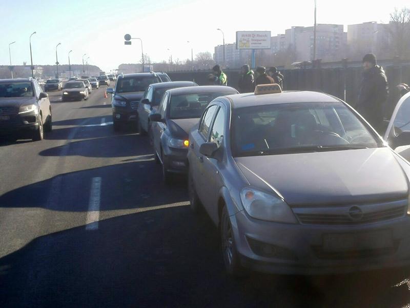 На МКАД образовался «паровоз» из пяти автомобилей