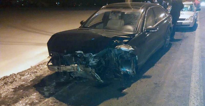 Водитель на Mercedes влетел в ограждение, пытаясь скрыться от ГАИ