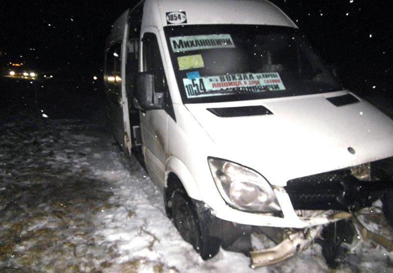 В Минском районе столкнулись ВАЗ и маршрутка: пострадали люди