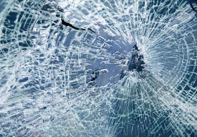 Минчанка выбросила в окно бутылку шампанского и попала в автомобиль