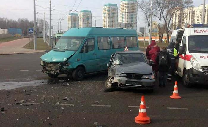 В Минске учебный автомобиль столкнулся с маршруткой
