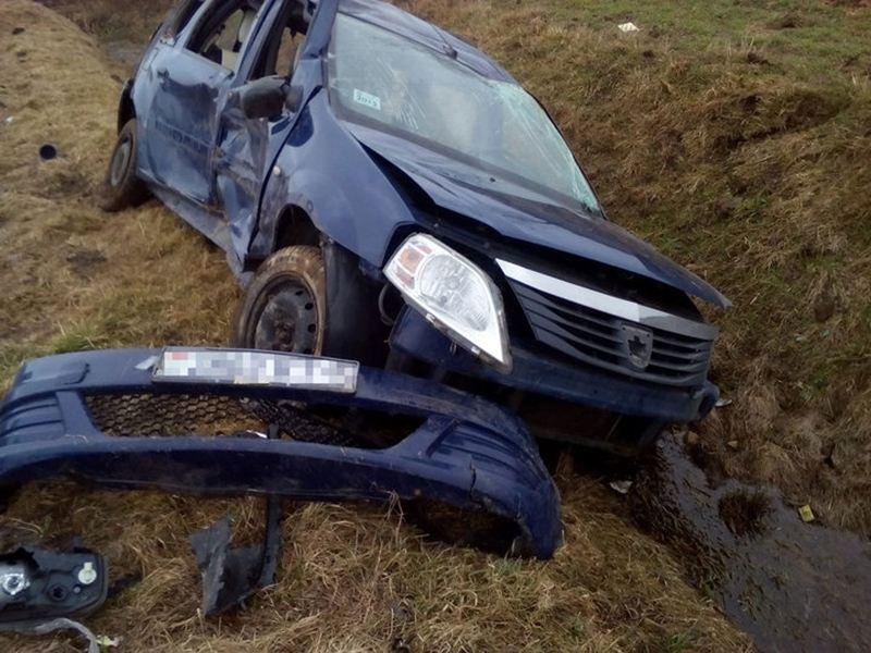 Dacia Logan влетел в кювет и опрокинулся. Есть пострадавшие.
