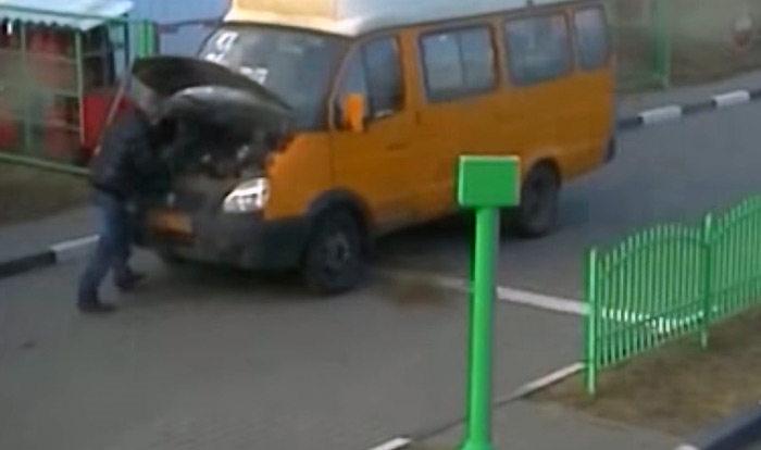 На АЗС в Могилеве маршрутчик попал под колеса своего автомобиля