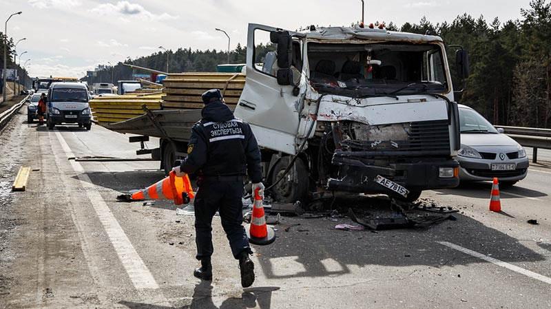На МКАД грузовик влетел в машину дорожных служб
