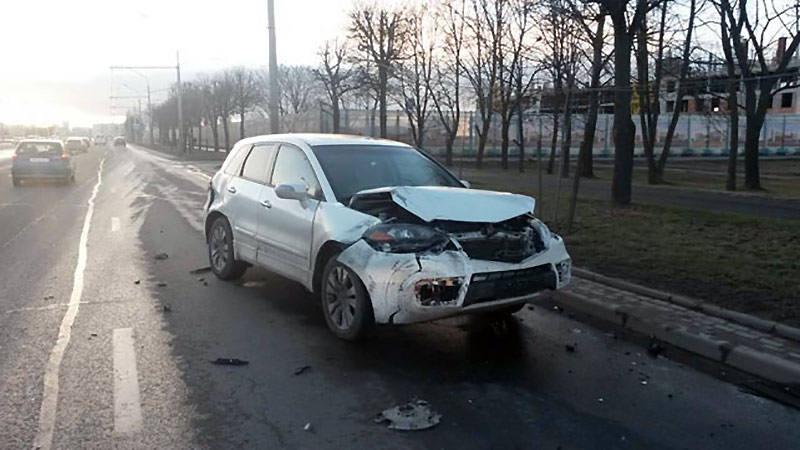 В Минске Skoda въехала в столб