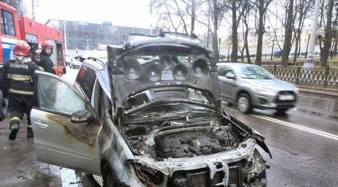 В центре Минска горел Mercedes GL
