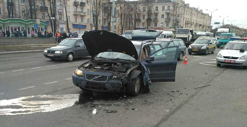 В Минске на Партизанском проспекте в результате ДТП перевернулся Peugeot