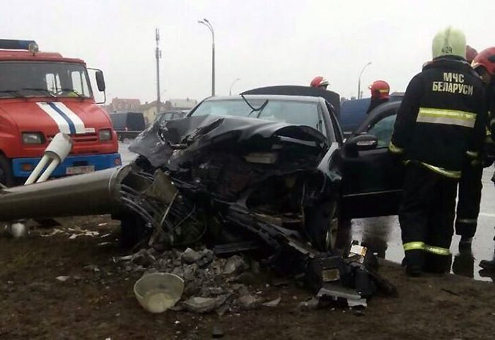 На МКАД Mercedes влетел в столб