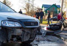 Мотоцикл от столкновения отбросило в сторону, где он повредил 2 автомобиля