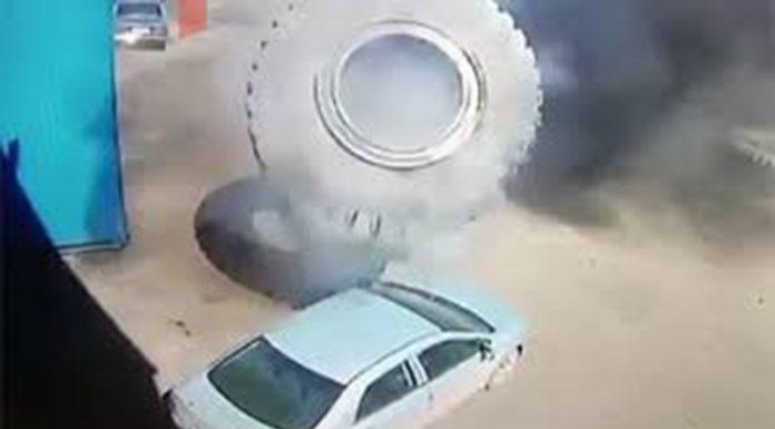Колесо от БЕЛАЗА взорвалось и пригвоздило Тойоту (видео)