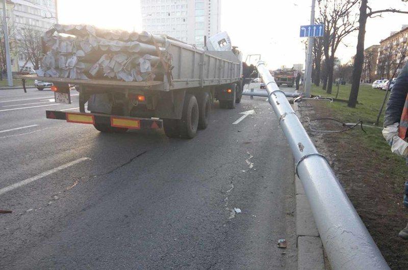 В Минске на Партизанском проспекте грузовик потерял часть крыши