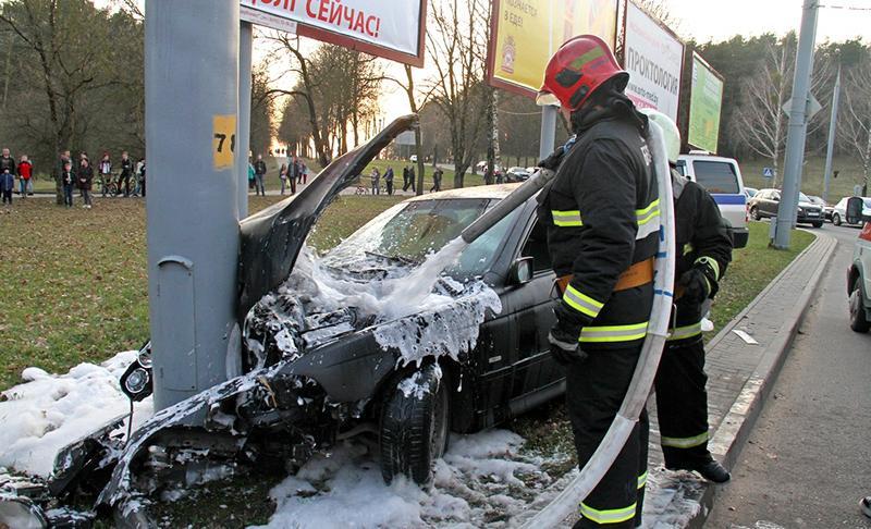 Авария в Гродно. Участники ДТП: иномарка и столб