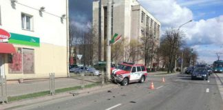 В Минске автомобиль МЧС врезался в столб