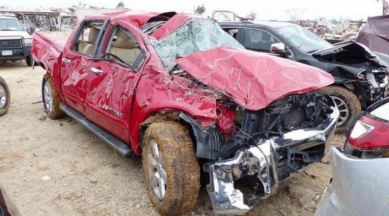 В США мощные торнадо повредили все автомобили в дилерском центре