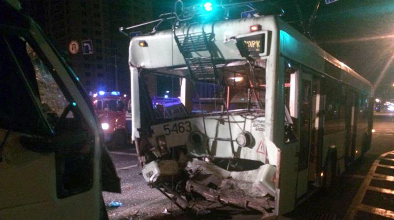 В Минске грузовик врезался в троллейбус