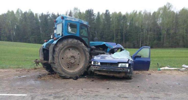 В Ошмянском районе столкнулись трактор и легковой автомобиль. Погибла девушка