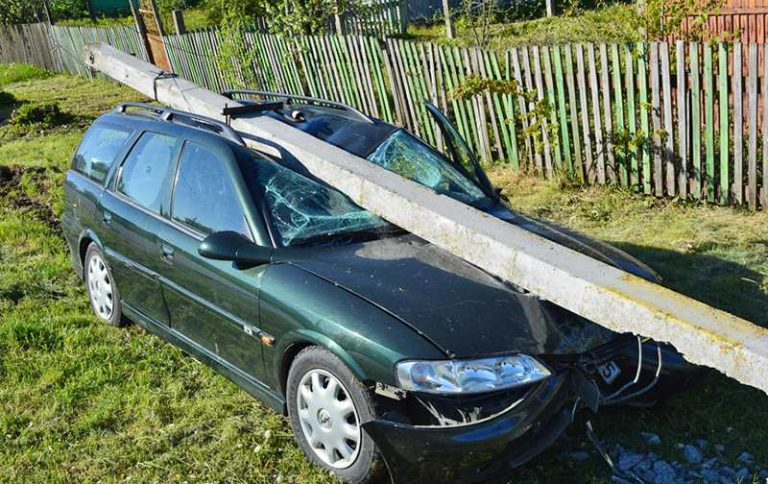 В Слуцком районе два пьяных пенсионера врезались в столб