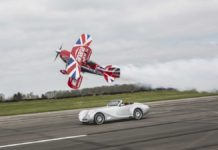 Спорткар Morgan Aero 8 и биплан: кто быстрей