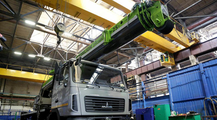 """На белорусско-китайском предприятии «Зумлион-МАЗ» изготовлен первый автокран, который стал первенцем нового модельного ряда спецтехники, запланированной для выпуска на новом СП. Первый автокран СП «Зумлион-МАЗ» выехал из цеха предприятия в Могилеве 17 мая. Крановая установка на минском шасси 6х4 рассчитана на 25 груза и имеет телескопическую стрелу, которая выдвигается на 41 м (уровень 12-го этажа). Автокран может работать даже при экстремальной температуре воздуха – от минус 40 до плюс 40 градусов. ЧИТАЙТЕ ТАКЖЕ: Минский автозавод выйдет на рынок ЕС с необычным продуктом Автокран соответствует нормам ЕС, и призван заметно потеснить зарубежных аналогов – как новых, так и подержанных, отметил директор ООО «Зумлион-МАЗ Юрий Пивоваров. Напомним, что первый дебют белорусско-китайского автокрана (на 60 т груза) состоялся на выставке BAUMA в Мюнхене, а прошлым летом машину засветили на международной выставке """"Агро 2016"""" в Киеве. На белорусско-китайском предприятии «Зумлион-МАЗ» изготовлен первый автокран, который стал предвестником нового модельного ряда спецтехники, запланированной для выпуска на новом СП. Уже до конца 2017 года на совместном предприятии разработают целый модельный ряд автокрановой техники – до 8 моделей. В планах также освоить выпуск бетононасосов и различной коммунальной техники."""