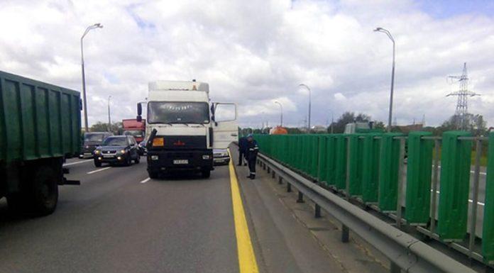 На МКАД ДТП с участием двух грузовиков и одной легковушки