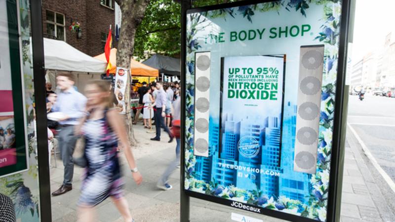 В Лондоне на остановках появилась очищающая воздух реклама