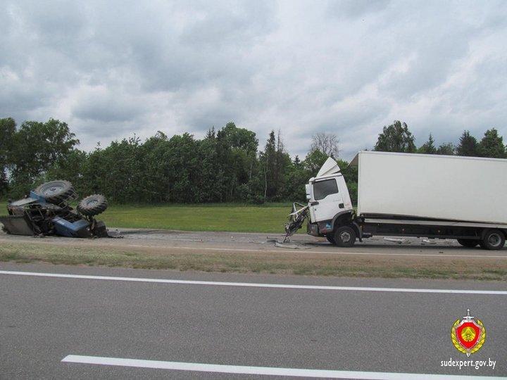 На трассе Минск-Могилев ДТП с участием трактора и фуры