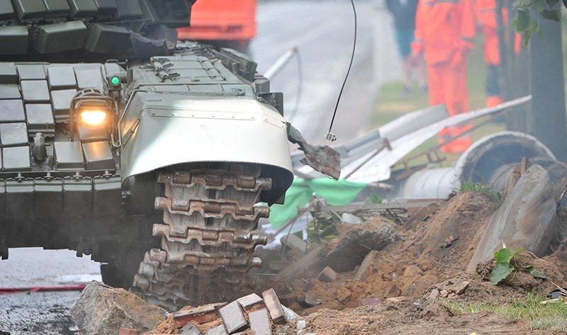 В Минске танк во время репетиции сбил столб