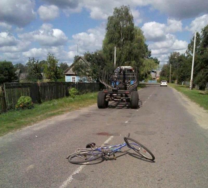 В Пинском районе под колеса трактора попала велосипедистка