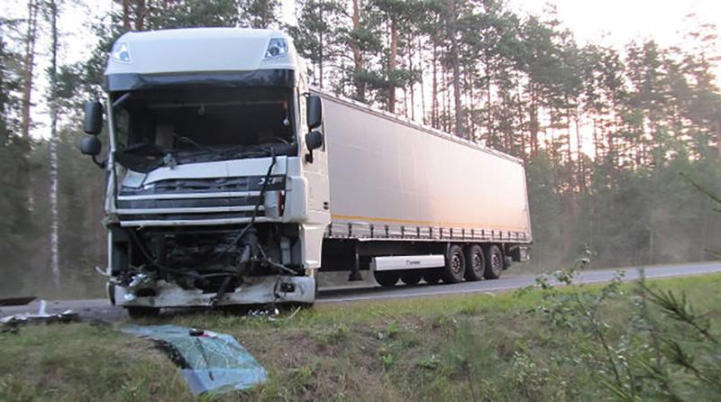 В Стародорожском районе в результате столкновения фуры и микроавтобуса погибли 2 человека