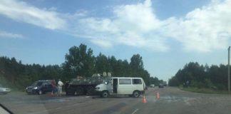 Возле Ровно БТР столкнулся с белорусским микроавтобусом