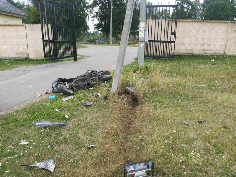 В Витебске скутерист после катания по кладбищу врезался в столб